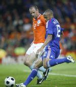 图文:[欧洲杯]荷兰4-1法国 亨利起脚射门瞬间