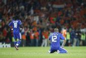 图文:[欧洲杯]荷兰4-1法国 亨利懊恼跪倒在地