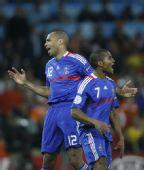 图文:[欧洲杯]荷兰4-1法国 亨利不满裁判判罚