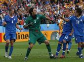 图文:[欧洲杯]意大利1-1罗马尼亚 布冯扑出点球