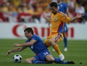 图文:[欧洲杯]意大利1-1罗马尼亚 卡萨诺倒地