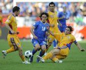 图文:[欧洲杯]意大利1-1罗马尼亚 齐沃倒地铲球