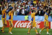 图文:[欧洲杯]意大利1-1罗马尼亚 向观众致意