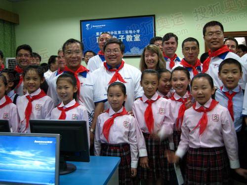 联想火炬手与孩子共同体验电子教室