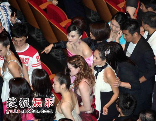 图:电影节开幕式结束 章子怡等明星被包围