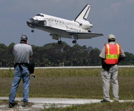 """""""发现""""号航天飞机顺利返航"""