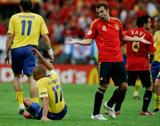 图文:西班牙VS瑞典 马切纳放倒拉尔森