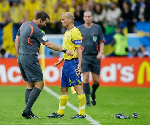 图文:西班牙2-1瑞典 裁判与永贝里交流