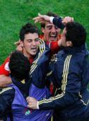 图文:西班牙2-1瑞典 队友拥抱比利亚