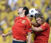 图文:[欧洲杯]西班牙VS瑞典 三人争顶头球