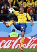 图文:[欧洲杯]西班牙VS瑞典 拉尔森停球