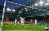 图文:希腊0-1俄罗斯 球进网底