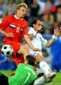 图文:[欧洲杯]希腊VS俄罗斯 双方球员拼抢