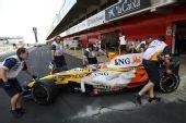 图文:F1西班牙试车第三日 皮奎特驶出维修间