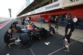 图文:F1西班牙试车第三日 红牛为韦伯准备赛车