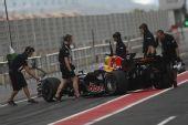 图文:F1西班牙试车第三日 韦伯赛车停在赛道上