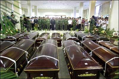 军方将直升机失事13名遇难者遗体移交阿坝政