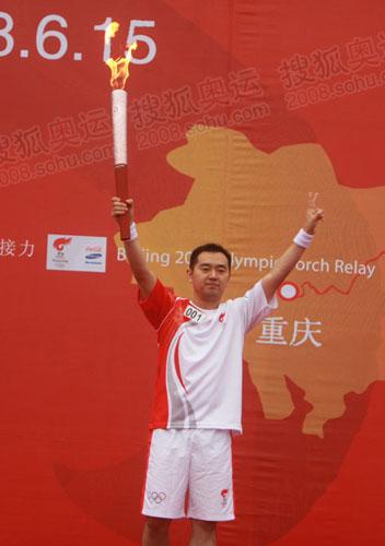 奥运冠军孔令辉展示火炬