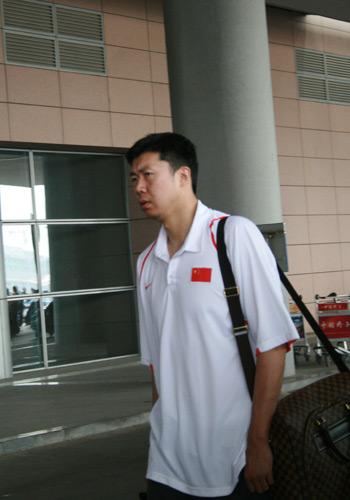 图文:男篮抵达河南济源 王治郅