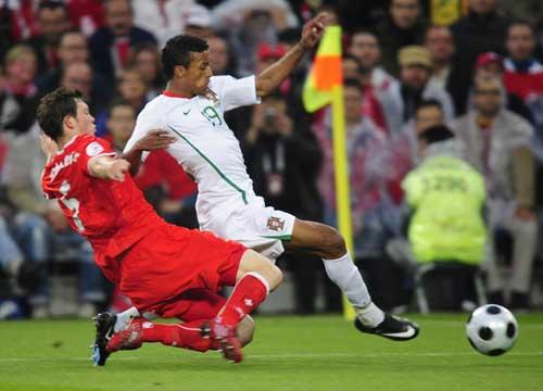 图文:瑞士VS葡萄牙 铲球瞬间