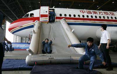 正在进行的旅客应急撤离演练 早报记者 鲁海涛 图