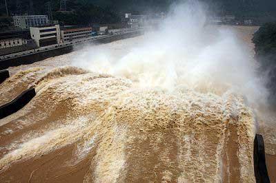 6月15日,湖南双牌水库开闸泻洪配合防汛。 CFP 图