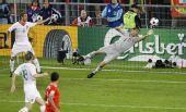 图文:[欧洲杯]葡萄牙VS瑞士 里卡多伸展