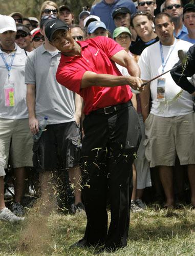 图文:美国高尔夫公开赛第四轮 伍兹挥杆击球