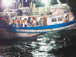 """被日本巡逻舰撞沉的""""联合号""""船,13名钓客及3名船员在沉没前准备逃生。台湾联合报资料图"""