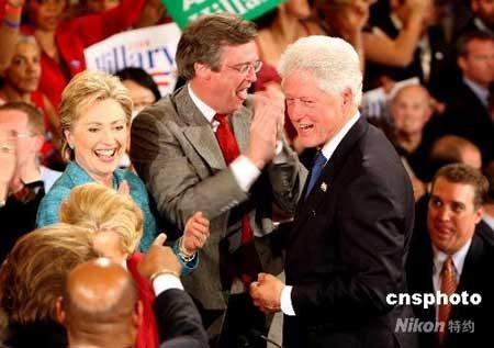 希拉里与丈夫克林顿庆祝在宾夕法尼亚州获得初选胜利。 (资料图)中新社发 李静 摄