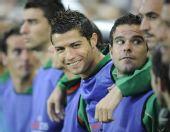 图文:[欧洲杯]葡萄牙0-2瑞士 C罗轻松观战