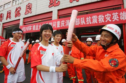 可口可乐的火炬手探望重庆消防总队-这支曾第一个赶到北川进行救援的英雄团队2