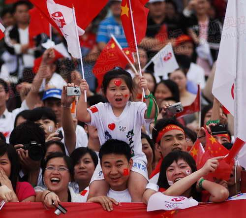 组图:奥运圣火重庆传递 现场观看传递的小朋友