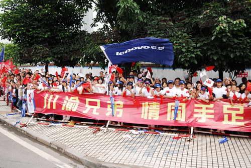 组图:奥运在圣火重庆传递 传递沿途热闹的人群