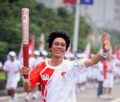 图文:圣火在重庆传递 火炬手谢孟畅