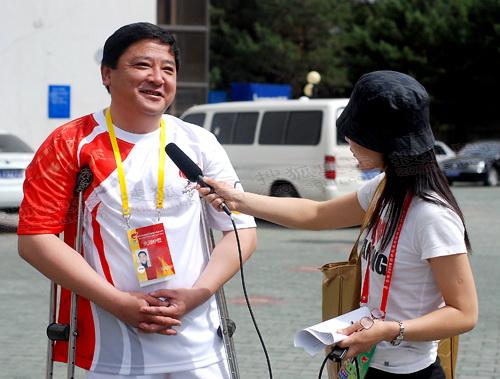 访火炬手新疆残联主席全国政协委员胡志斌(图)