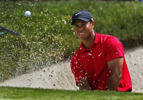 图文:美国高尔夫公开赛延长赛 伍兹观察落点