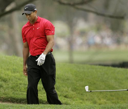 图文:美国高尔夫公开赛延长赛 伍兹仍球杆?
