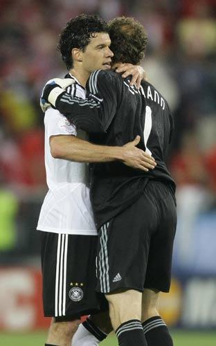 图文:德国1-0奥地利 巴拉克拥抱莱曼