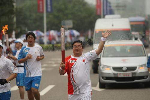 图文:圣火重庆传递 203棒火炬手传递祥云