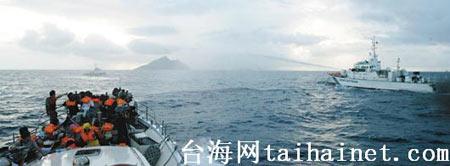 """日舰喷水驱赶。保钓行动联盟昨天到钓鱼岛宣示""""主权"""",遭受日本舰艇喷水柱干扰。(图片来源:台湾《联合报》)"""