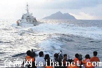 日舰造浪阻拦。正当大家高兴钓鱼岛在望,日本舰艇突切过船头涌起大浪阻挠。(图片来源:台湾《联合报》)
