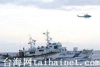 """两舰近距对峙。接着直升机也到上空配合舰艇干扰,""""海巡署""""巡防舰立即跟上,横在日本舰艇旁(左),保护保钓船。(图片来源:台湾《联合报》)"""