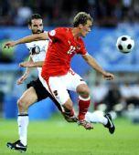 图文:德国1-0奥地利 梅策尔德拼抢