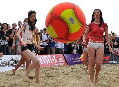欧洲美女裸体无遮挡影露阴部阴��f_幻灯:裸体彩绘美女足球赛 别样性感\