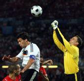图文:德国1-0胜奥地利 尤-马乔跃起击球