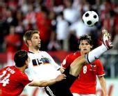 图文:德国1-0胜奥地利 希策尔斯贝格拼抢