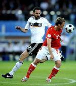 图文:德国1-0胜奥地利 梅策尔德拼抢