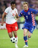 图文:克罗地亚1-0波兰 格雷罗与拉基蒂奇拼抢