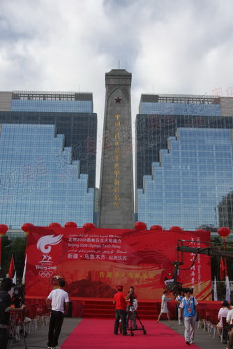 广场上矗立着解放军进军新疆纪念碑